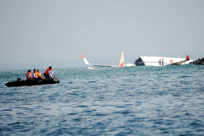 A Lion Air Boeing 737 lies submerged in the water after missing the runaway during landing at Bali's international airport near Denpasar on April 14, 2013. AFP PHOTO/SONNY TUMBELAKA