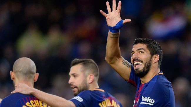 Barcelona's Uruguayan forward Luis Suarez (R)