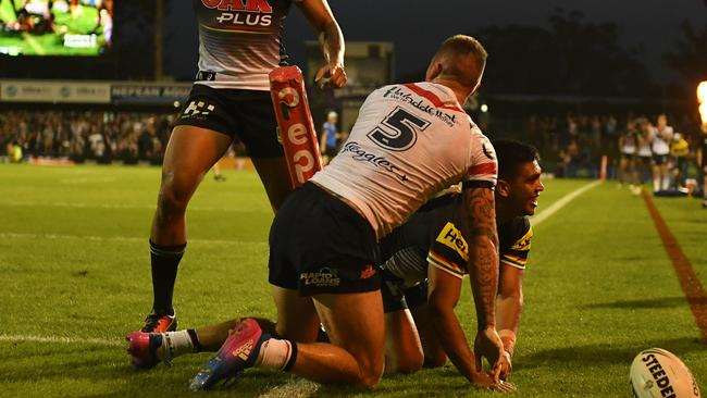 Tyrone Peachey scores a try for the Panthers.