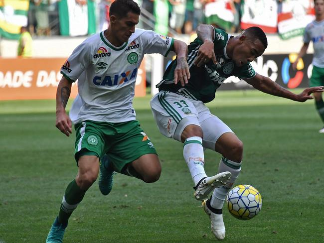 Palmeiras' player Gabriel Jesus (R) vies for the ball with Gimenez (L) of Chapecoense last weekend.
