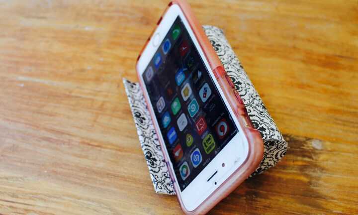 Father's Day kid's craft: Toilet roll iPhone holder