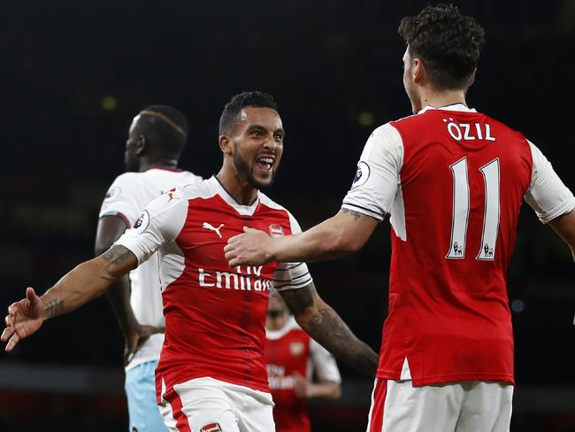 Theo Walcott (L) celebrates with Mesut Ozil. / AFP PHOTO / Ian KINGTON