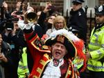 TOPSHOTS Town crier Tony Appleton makes an announment of the birth of Catherine, Duchess of Cambridge and Prince William's second child, a daughter, outside the Lindo wing at St Mary's hospital in central London, on May 2, 2015. The Duchess of Cambridge was safely delivered of a daughter weighing 8lbs 3oz, Kensington Palace announced. AFP PHOTO / BEN STANSALL