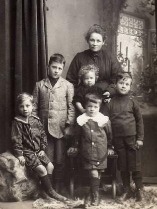 Louisa Gray with five of her children, photographed around 1904.