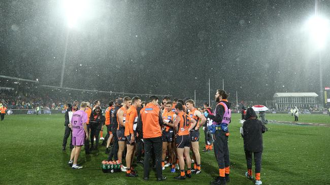 Leon Cameron speaks to players as snow falls