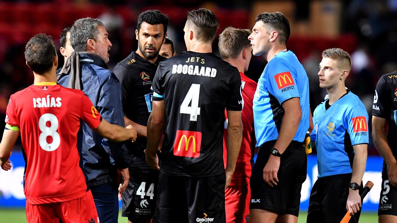 Marco Kurz speaks to the referee (AAP Image/Sam Wundke)