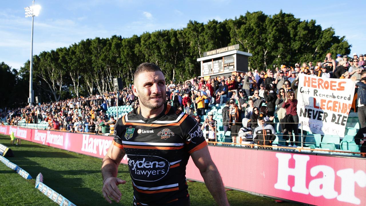 Robbie Farah thanks the crowd after his return to the Tigers.