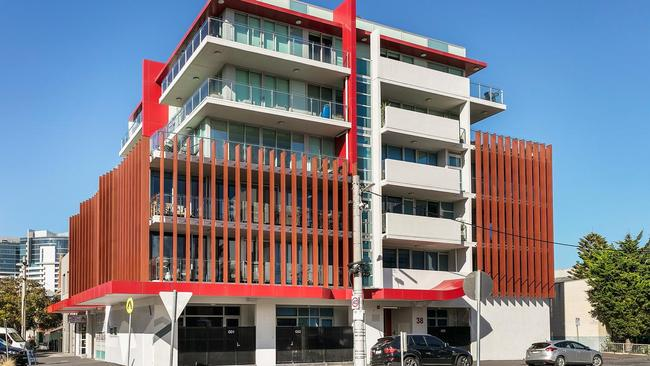 """<a href=""""https://www.realestate.com.au/property-apartment-vic-port+melbourne-125954946"""">305/38 Nott St</a> sold the night before auction."""