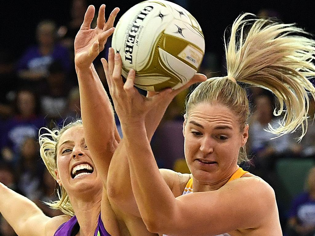 Laura Geitz of the Firebirds (left) competes with Caitlin Bassett of the Lightning during the Super Netball Minor Semi Final match between the Queensland Firebirds and the Sunshine Coast Lightning at the Brisbane Entertainment Centre in Brisbane, Sunday, August 12, 2018. (AAP Image/Dave Hunt) NO ARCHIVING, EDITORIAL USE ONLY