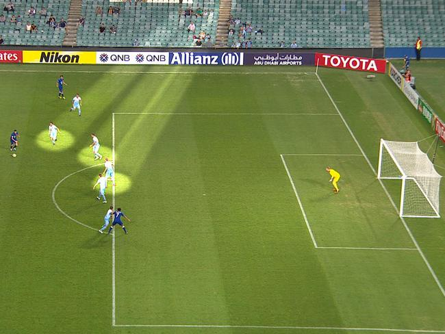 Four Sydney defenders fail to close down the shot.