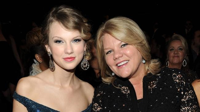LTaylor Swift and her mother in 2010.