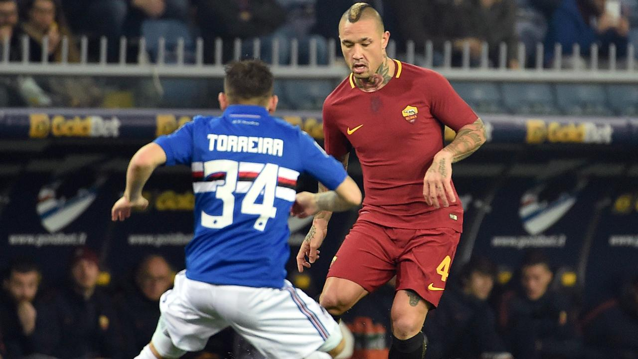 Radja Nainggolan of Roma takes on Lucas Torreira (L).