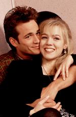 Perry (as Dylan) and Jennie Garth (as Kelly) during a Beverly Hills 90210 scene. Picture: Fox/Alamy