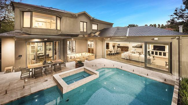 17 Glenbrook Ave sold well above reserve.