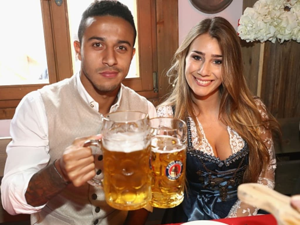 Bayern Munich's Spanish midfielder Thiago Alcantara and Julia Vigas pose during the traditional visit of FC Bayern Munich at the Oktoberfest beer festival in Munich, southern Germany, on October 2, 2016. / AFP / POOL / Alexander Hassenstein (Photo credit should read ALEXANDER HASSENSTEIN/AFP/Getty Images)