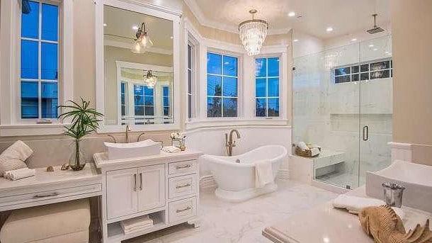 The expansive bathroom.