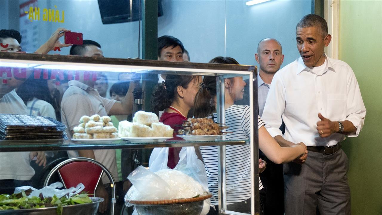 Obama Dines With Anthony Bourdain in Vietnam