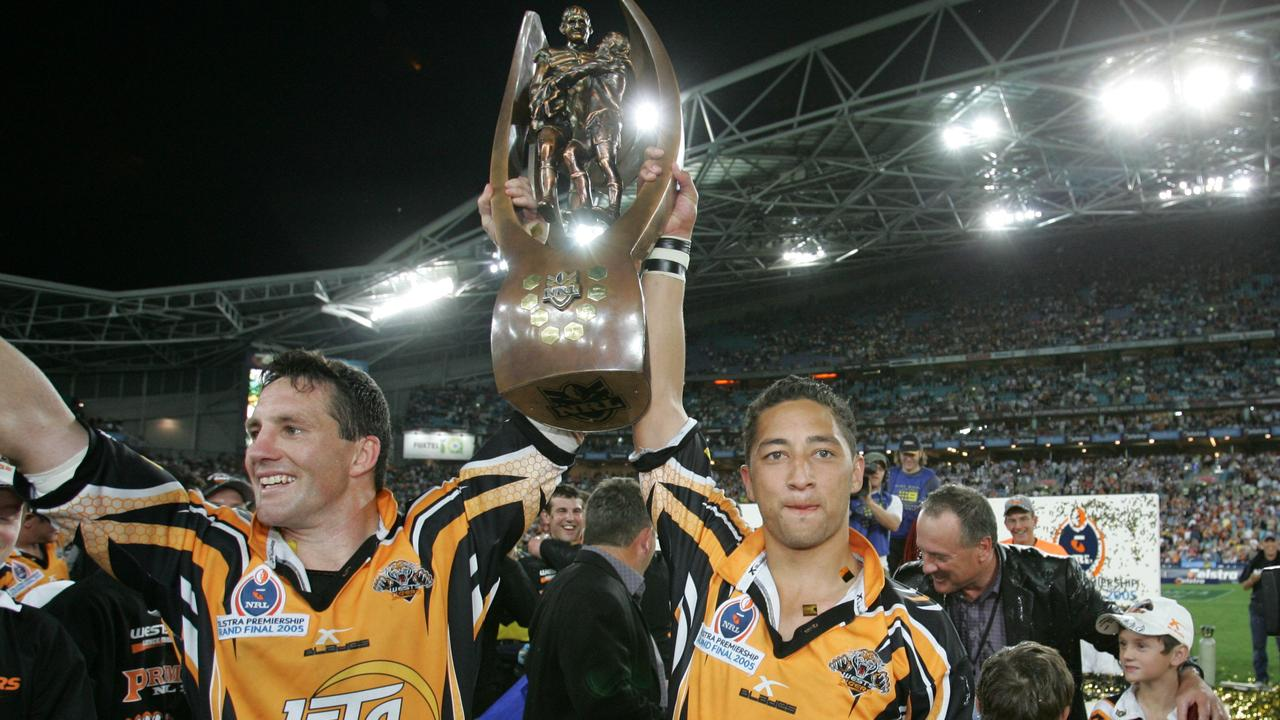 Mark O'Neill (L) and Benji Marshall hold Premiership Trophy after the 2005 grand final.