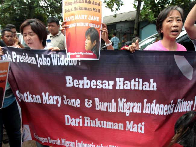 Indonesian Migrant Workers Network and Filipina Mary Jane Veloso's supporter ... Rally to ask Joko Widodo to stop the execution. Picture: Lukman s. Bintoro.