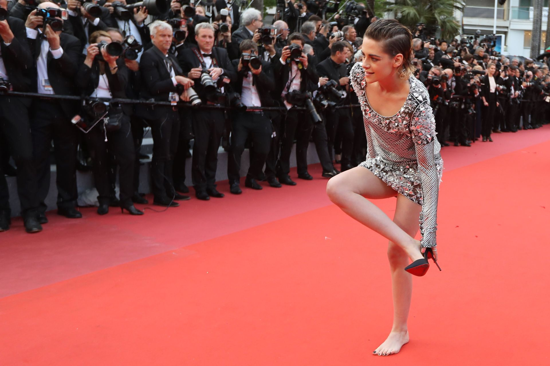 Kristen Stewart took off her shoes on the Cannes red carpet because why not?