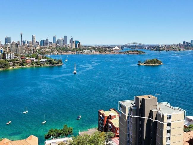 20/55 Wolseley Rd, Point Piper occupies the entire top floor of the block.