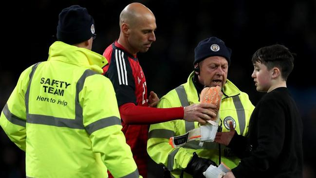 Willy Caballero give his gloves to a pitch invading fan