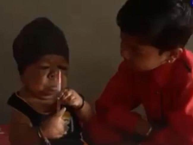 23歳のマンプリート(左)は、正常に発達した兄のマンディープと戯れます。 画像YouTube