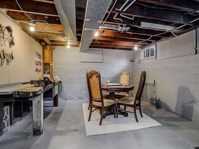 Who needs natural light anyway? Picture: terriblerealestateagentphotos.com