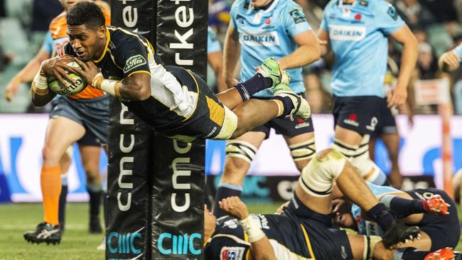 Isi Naisarani of the Brumbies scores a try at Allianz Stadium.