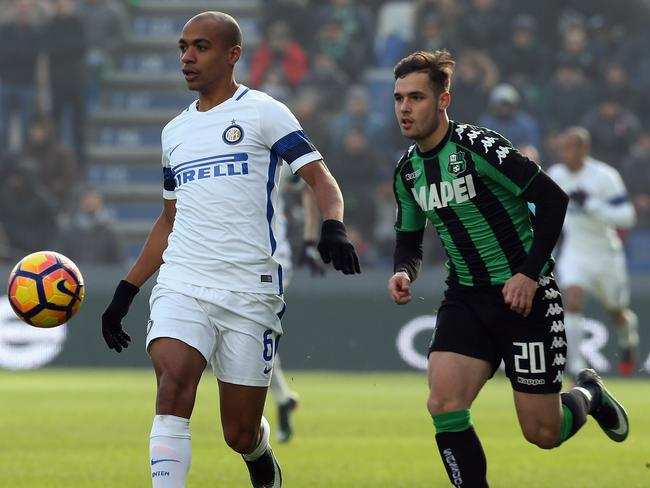 Pol Lirola (R) competes for the ball with Joao Mario. (Photo by Maurizio Lagana/Getty Images)