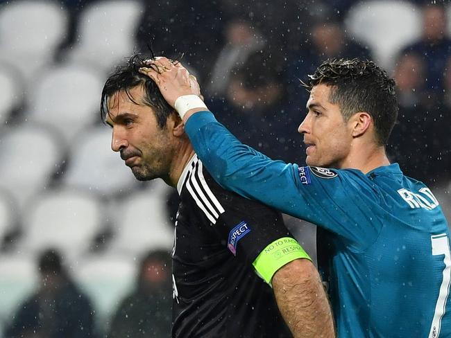Real Madrid's Portuguese forward Cristiano Ronaldo (R) comforts Juventus' goalkeeper from Italy Gianluigi Buffon