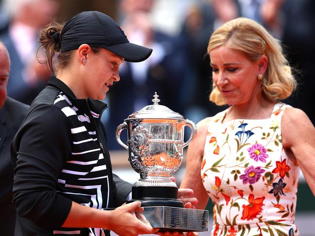 Chris Evert awarded Barty her French Open trophy.