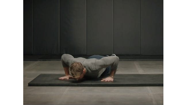 Jumping push-up. Bobby Holland Hanton. Centr workout.