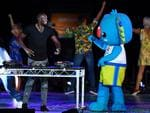 Jamaica's Usain Bolt (C) performs with other artists on stage during the closing ceremony of the 2018 Gold Coast Commonwealth Games. (AFP PHOTO / Anthony WALLACE)