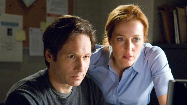 After working on the X-Files alone, Scully is assigned to bring Mulder down.