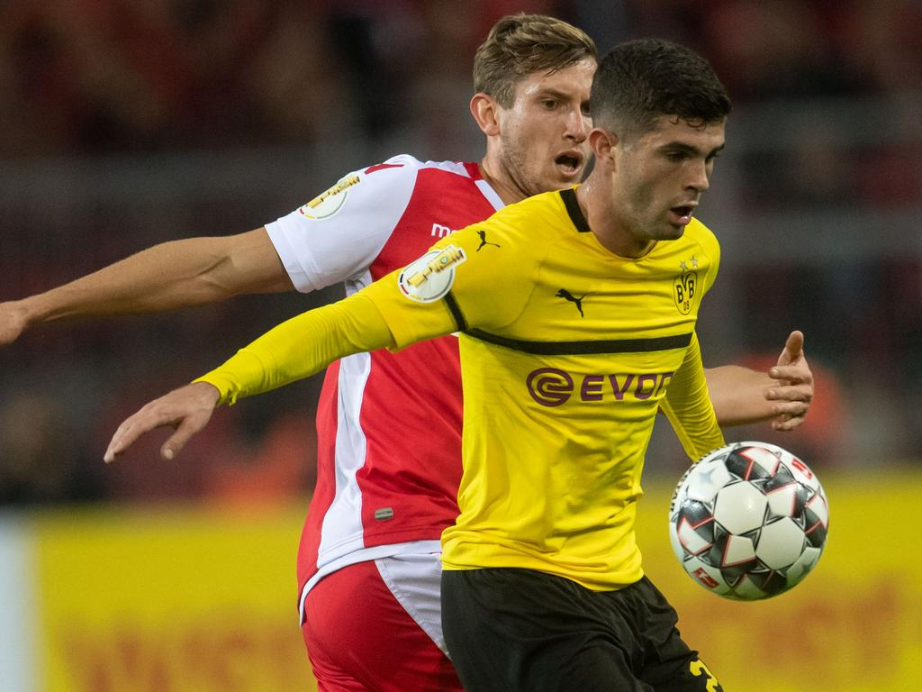 Dortmund's US midfielder Christian Pulisic (R) vies for the ball with Unions Christopher Lenz during the German Cup (DFB Pokal) second round football match BVB Borussia Dortmund v Union Berlin in Dortmund, western Germany on October 31, 2018. (Photo by Bernd Thissen / dpa / AFP) / Deutschland OUT / DFB REGULATIONS PROHIBIT ANY USE OF PHOTOGRAPHS AS IMAGE SEQUENCES AND QUASI-VIDEO.