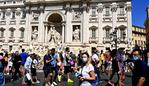 Tourists walk by the Trevi fountain in downtown Rome on August 19, 2020 during the COVID-19 infection, caused by the novel coronavirus. - On the square in front of the imposing Baroque masterpiece, police tries in vain to impose the mask on passing tourists who have come to take their picture. On August 16, Italy suspended its discos and ordered the mandatory wearing of masks from 6:00pm (1600 GMT) to 6:00am to clamp down on the spread of infection. (Photo by Vincenzo PINTO / AFP)