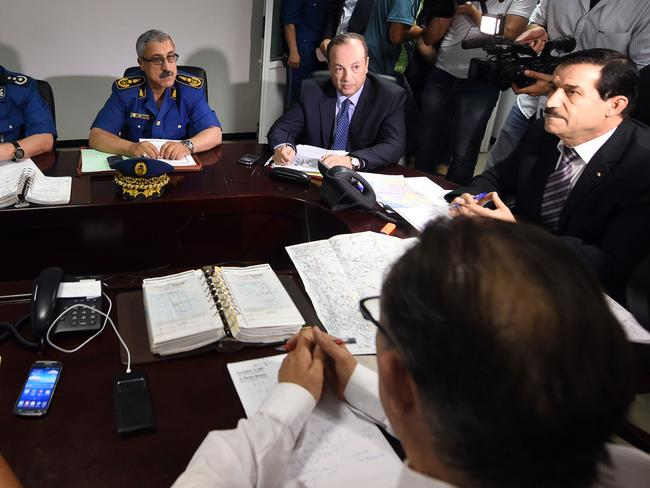 Emergency meeting ... an Algerian crisis unit, chaired by Minister of Transport Amar Ghoul (R), meets at the Houari-Boumediene International Airport in Algiers.