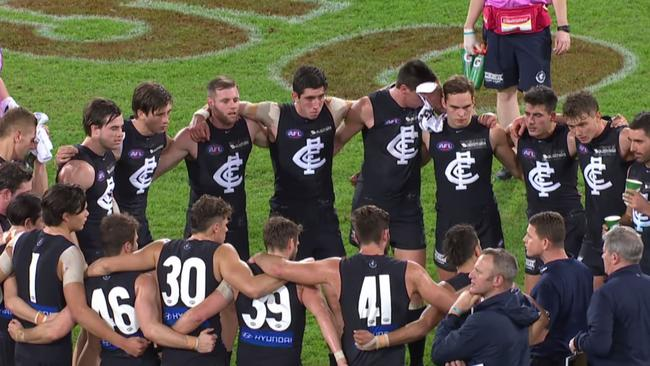 Brendon Bolton talking to Carlton's players at 3QT.