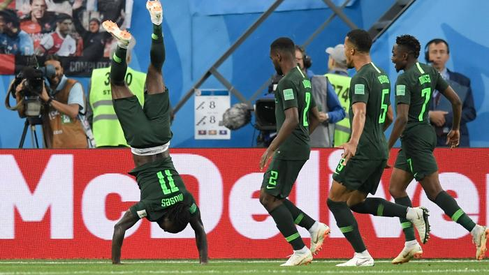 TOPSHOT - Nigeria's forward Victor Moses (L) celebrates his goal during the Russia 2018 World Cup Group D football match between Nigeria and Argentina at the Saint Petersburg Stadium in Saint Petersburg on June 26, 2018. / AFP PHOTO / GABRIEL BOUYS / RESTRICTED TO EDITORIAL USE - NO MOBILE PUSH ALERTS/DOWNLOADS