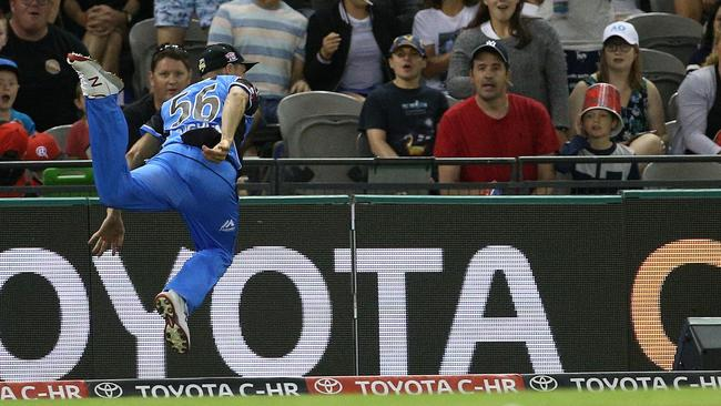 Ben Laughlin of the Strikers throws a catch from Dwayne Bravo of the Renegades to teammate Jake Weatherald to complete the dismissal as Laughlin was about to step out of bounds during the Big Bash League (BBL) match between the Melbourne Renegades and the Adelaide Strikers at Etihad Stadium in Melbourne, Monday, January 22, 2018. (AAP Image/Hamish Blair) NO ARCHIVING, EDITORIAL USE ONLY