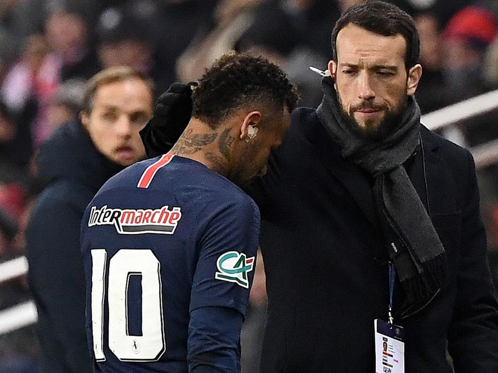 Paris Saint-Germain's Brazilian forward Neymar leaves the pitch following an injury during the French Cup round of 32 football match between Paris Saint-Germain (PSG) and Strasbourg (RCS) at the Parc des Princes stadium in Paris on January 23, 2019. - Neymar has suffered a fresh injury to his right metatarsal, three weeks ahead of the first leg of PSG's crunch Champions League clash against Manchester United. (Photo by FRANCK FIFE / AFP)