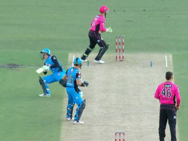 Alex Carey's fourth run out in BBL08.