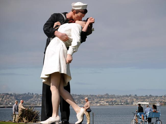 A 25-foot high sculpture by J. Seward Johnson on March 4, 2009 in San Diego, California based on the famous photo by Alfred Eisenstaedt. Picture: AFP