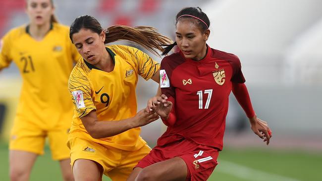 Alexandra Chidiac battles for possession.