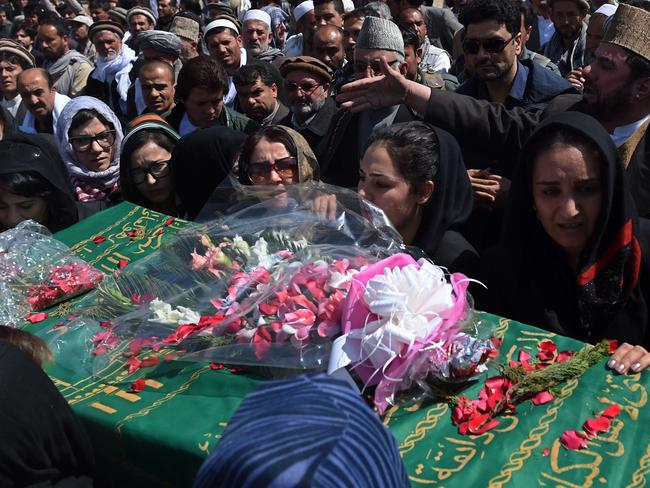 Independent Afghan civil society activist women carry the coffin of Farkhunda, 27, who was lynched by an angry mob in central Kabul on March 22