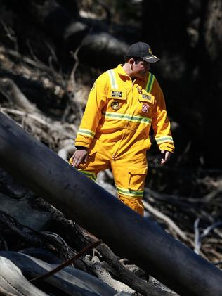 Victorian Emergency services personnel search the Murray River at Moana. Picture: AAP Image/Riverine Herald, Luke Hemer