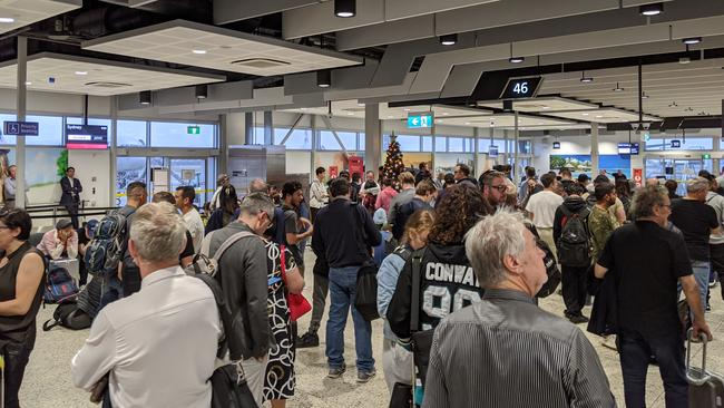 Samuel, who has been waiting more than 3 hours to depart for Sydney, took a photo showing the lengthy lines at the airport.