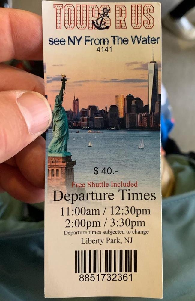 Alec Baldwin falls for tourist trap in New York.