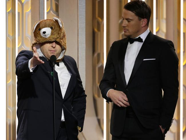 "Channing Tatums presents an award with the ""bear"" from The Revenant."